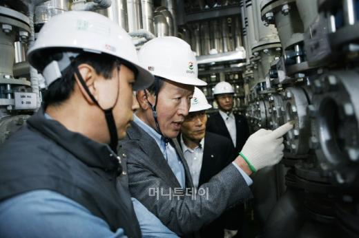 허창수 GS회장이 8일 GS칼텍스 인천 윤활유공장을 찾아 생산설비를 둘러보고 있다.