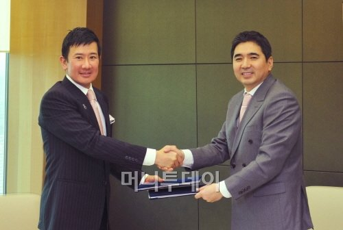이형승 IBK투자증권 사장(오른쪽)과 에디 쩡롱화(Eddie Chng Weng Wah) FA시스템즈 회장이 대표주관계약 체결 후 악수하고 있다.<br />