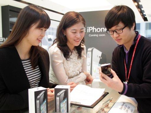 SK텔레콤이 9일 오전 7시부터 '아이폰4' 예약가입을 받기 시작했다. 예약가입을 받는 1500여개 대리점도 7시에 문을 열었다. 특히 보통 9시에 문을 여는 강변 테크노마트는 아이폰 예약가입 때문에 7시에 오픈했다. 사진은 SK텔레콤 명동 멀티미디어 매장에서 고객들이 아이폰4 예약가입하고 있는 모습.