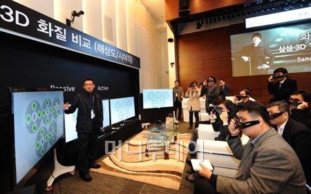 ↑삼성전자가 지난 8일 서초동 삼성본관 다목적홀에서 개최한 화요포럼에서 삼성전자와 LG전자 3D TV의 시야각을 시연하고 있다.