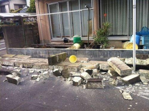 교민 김상호씨가 인터넷 다음 아고라에 올린 지진 피해 사진. 포탄을 맞은 듯 담벼락이 부서져있다. (출처 : 다음 아고라)