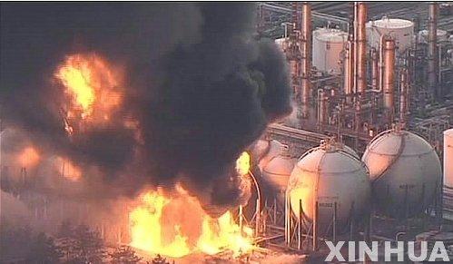 ↑【도쿄(일본)=신화/뉴시스】11일 오후 일본 동북지방 해저에서 규모 8.9의 강진이 발생한 가운데 도쿄의 한 정유시설에서 화재가 시커먼 연기와 함께 불길이 치솟고 있다. <br />