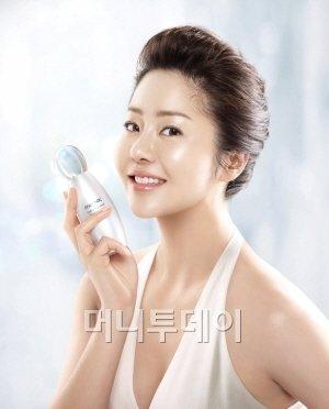 웅진코웨이 화장품 브랜드 리엔케이 광고모델 고현정이 15일 미백라인 제품을 소개하고 있다.