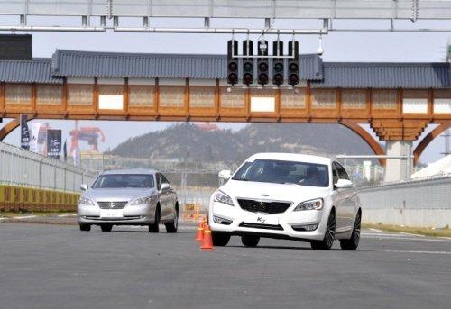 ↑(사진 오른쪽부터)기아차 'K7 GDi'와 렉서스 'ES350'