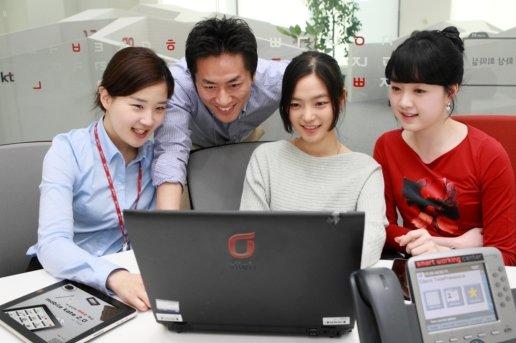 KT 직원들이 분당 스마트워킹센터에서 근무하는 모습.<br /> <br />