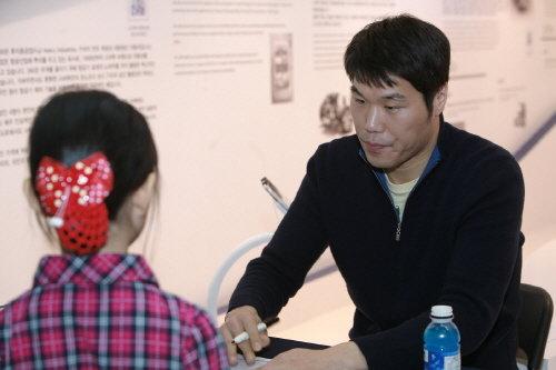 농구선수 서장훈이 서울모터쇼 스바루 전시장에서 팬사인회를 갖고 있다.