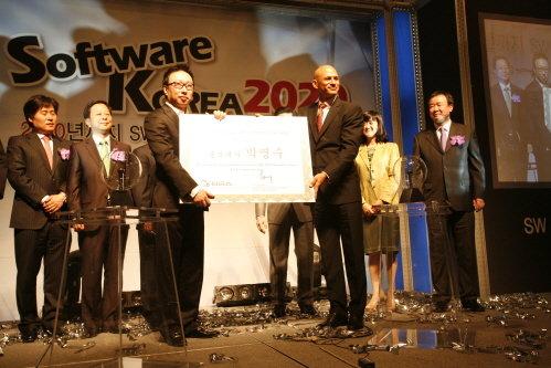 개그맨 박명수(왼쪽에서 세번째)가 BSA 관계자로부터 감사패를 받고있다. 박씨는  지난 5년 간 BSA의 저작권 캠페인, '불법복제 탈날라' 캠페인 홍보대사로 활동해 왔으며 앞으로 '소프트웨어비전 2020'의 홍보대사로도 활약하게된다.