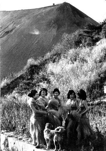 45년 전 첫 선을 보였을 때 무대 의상을 입고 탄광이 있던 보타산의 입구에 선 초대 훌라 걸들. ▲출처=아사히신문<br />