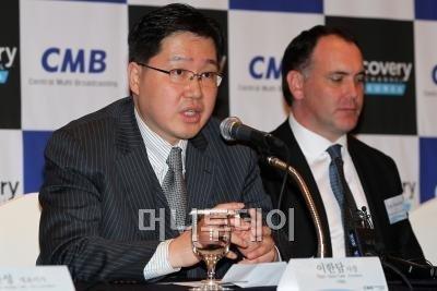이한담 CMB 사장(왼쪽)이 8일 오후 서울 소공동 롯데호텔에서 '디스커버리채널 코리아 런칭' 기념 기자간담회를 갖고 기자들의 질문에 답을 하고 있다. ⓒ임성균 기자 tjdrbs23@