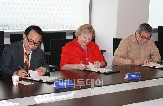 아모레퍼시픽은 22일 싱가포르 바이오폴리스 연구단지에서 국가 과학연구기관인 A*STAR(Agency for Science Technology and Research) 산하 바이오 메디컬 연구소와 공동연구협약을 체결했다.ⓒ아모레퍼시픽