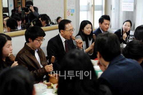 [사진]李대통령, 인턴들과 아이스크림 한입