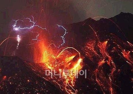 2010년 폭발 때의 일본 사쿠라지마 화산의 위험하게 아름다운 모습.