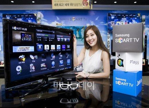 삼성전자 모델이 25일 30인치대 3D 스마트TV를 소개하고 있다.