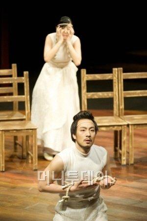 ↑음악극 '더 코러스; 오이디푸스'의 한 장면. 오이디푸스 역의 박해수와 이오카스테 역에 김은실. ⓒLG아트센터