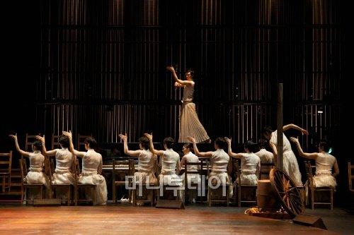 ↑음악극 '더 코러스; 오이디푸스'의 한 장면. ⓒLG아트센터
