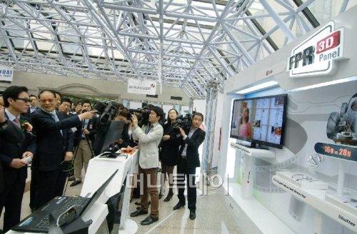 ↑4일 서울 여의도 국회의원회관에서 열린 '3D산업 글로벌 강국 도약의 길' 전시회에서 이상득, 정두언 의원 등이 LG전자 시네마 3D TV를 시청하고 있다.