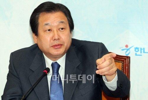 선 굵은 정치.. 떠나는 김무성