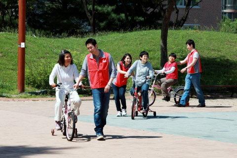▲㈜STX 직원들이 서울 노원구 동천요양원에서 장애우 재활훈련을 돕고 있다.