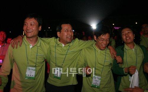 ↑ 임직원들과 어깨동무하고 있는 구자홍 회장(왼쪽 두번째)