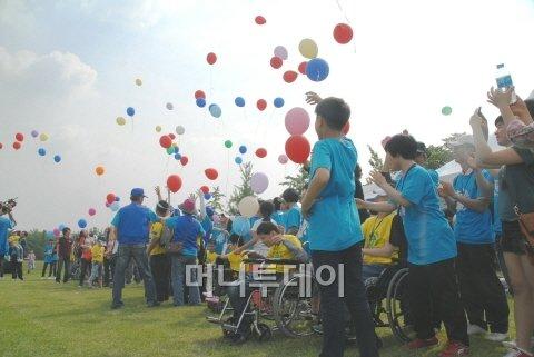 컬럼비아스포츠웨어코리아는 지난 28일 대전에 위치한 장애인 복지시설 '천성원 평강의 집' 장애우들과 함께하는 '2011 햇빛보기' 행사를 성황리에 마치고 기부금을 전달했다