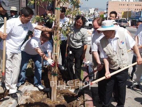 ↑이진걸 대한항공 미주지역본부장(오른쪽)이 행사 참가자들과 함께 직접 나무를 심고 있다.