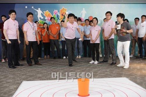 ↑삼성에버랜드 직원들이 3m 거리에서 휴지통에 종이컵을 집어넣는 게임을 하고 있다.