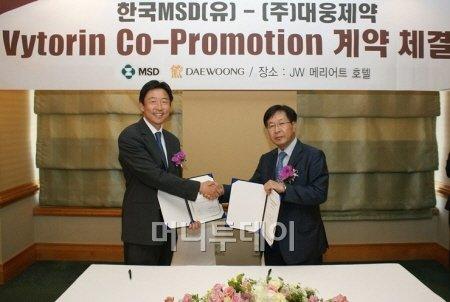 ↑ 현동욱 한국MSD 대표(왼쪽)와 이종욱 대웅제약 대표가 30일 바이토린 국내 마케팅 제휴식을 가졌다.  <br /> <br />  <br /> <br />