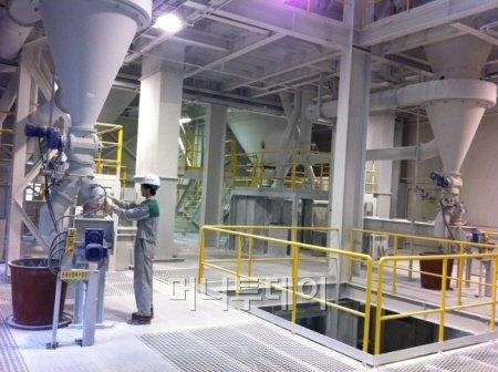 지난달 24일 강원도 정선군 남면 유평리 산 21번지에 위치한 성신미네필드에서 한 직원이 석회석 원광을 극초미립 탄산칼슘으로 가공하는 설비를 점검하고 있다.
