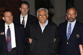 수갑을 차고 수사관들과 함께 있는 도미니크 스트로스 칸 전 국제통화기금(IMF) 총재(오른쪽 두번째)