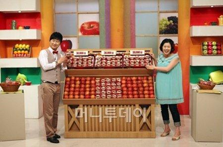 ↑송원APC의 '산지애'사과가 GS샵(GS홈쇼핑)에서 올 상반기 히트상품 1위의 영예를 안았다. 사진은 GS홈쇼핑의 방송장면