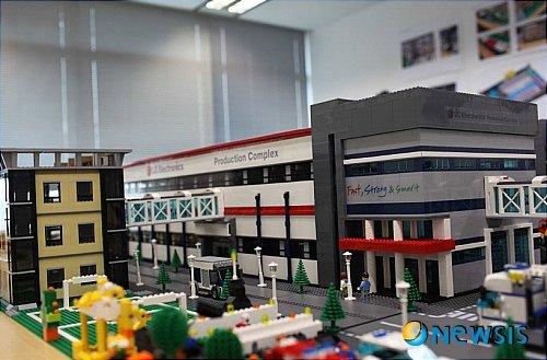 【서울=뉴시스】LG전자 생산기술원이 현재 검토 중인 중국 생산법인 신공장을 7만분의1 크기로 축소한 레고 모형을 만들었다. 표준공장의 모습과 기준을 레고를 활용해서 정립했으며, 이는 일시적인 것이 아니라 고유한 생산시스템