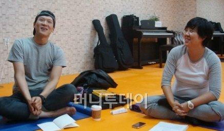 ↑ 대학로 인근 연습실에서 연극 '그 자식 사랑했네'를 연습중인 유정호 배우(왼쪽)와 연출가 추민주. <br /> ⓒ이언주 기자