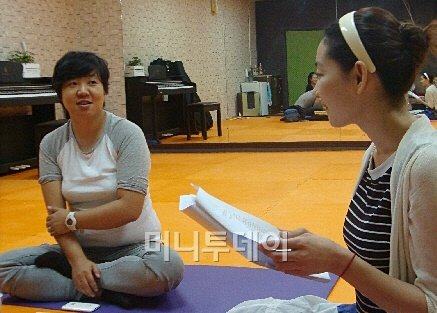 ↑ 대학로 인근 연습실에서 연극 '그 자식 사랑했네'를 연습중인 연출가 추민주(왼쪽)와 송유현 배우. <br /> ⓒ이언주 기자