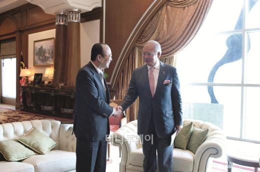 이달 6일 말레이시아를 방문한 김승연 한화그룹 회장이 현지 사업진출을 위해 나지브 라자크 총리를 만나 악수를 나누고 있다.