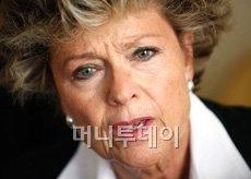트리스탄 바농의 어머니인 안 망수레 프랑스 외르 지방의회 부의장.