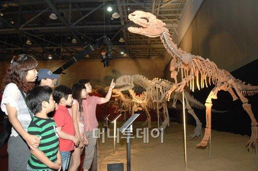 일산 킨텍스에서 열리는 '2011 하이 디노 공룡 엑스포'에서 관람객들이 관람을 하고 있다.