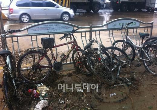 ↑28일 서울지하철 사당역 앞 자전거 보관소. 자전거들이 폭우 이후 뒤엉켜있다.