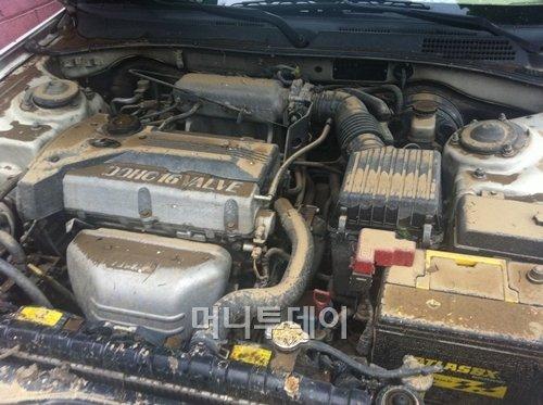 ↑ 28일 서울 성동구 성수동의 한 폐차업소에 들어온 침수차량이 보닛을 열어둔 모습