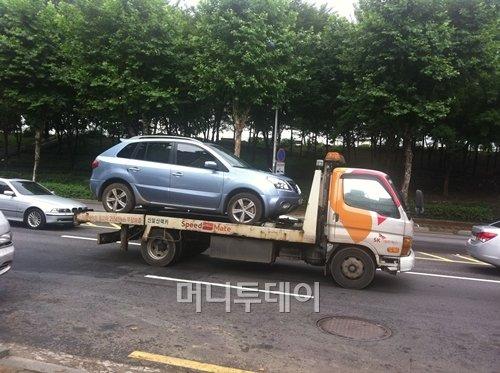 ↑28일 서울 성동구 성수동에 침수된 차량 1대가 견인돼 가고 있다.