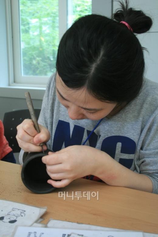 ▲축제 기간중 머그컵을 직접 조각하는 모습