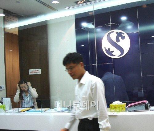 ↑ 신한은행 싱가포르 지점. 최대 금융가인 래플즈 플래이스(Raffles Place)에 위치해 있다. 싱가포르 지점은 인도네시아, 태국, 필리핀, 말레이시아 등에 진출한 국내 기업들에 대한 금융서비스와 외화대출도 지원하면서 동남아시아의 금융 허브 역할을 하고 있다.