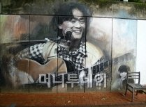 ▲방천시장 입구 담벼락의 김광석 벽화