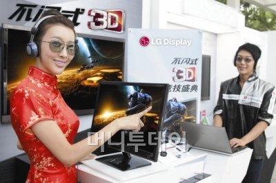 ↑도우미들이 FPR 3D 게임 페스티벌에 선보일 FPR 3D TV와 노트북, 모니터를 통해 3D 컨텐츠를 체험하고 있다.