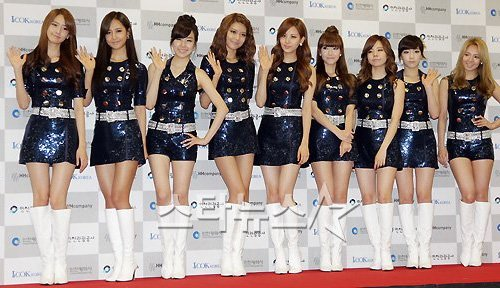 ↑ 소녀시대가 13일 오후 인천 문학동 월드컵경기장에서 열린 '2011 인천 한류 관광 콘서트'에 참석해 포토타임을 갖고 있다. ⓒ인천=이기범 기자