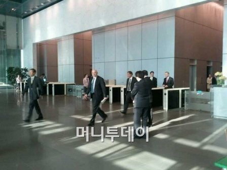 <br /> <br /> ↑ 레오 아포테커 HP 최고경영자(사진 가운데)가 지난 3월 4일 서울 서초동 삼성전자를 찾아 최지성 부회장과 면담한 뒤 돌아가고 있다.