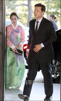 ↑정대선 현대비에스앤씨 대표이사가 부인 노현정씨와 함께 3일 오후 서울 장충동 신라호텔에서 열린 정지이 현대유엔아이 전무의 결혼식에 참석하고 있다. @이동훈 기자