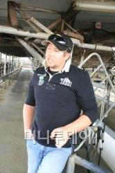 ▲뉴질랜드 영파머스 클럽의 총회장인 제이슨 호일. 그는 현재 남의 농장에서 계약 농부로 일하고 있지만 5년내에 내 농장을 운영할 수 있다는 확신을 갖고 있다.