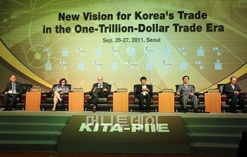↑ 27일 서울 삼성동 그랜드인터컨티넨탈호텔에서 열린 '무역1조 달러 시대의 한국무역의 새로운 비전' 컨퍼런스ⓒ임성균 기자