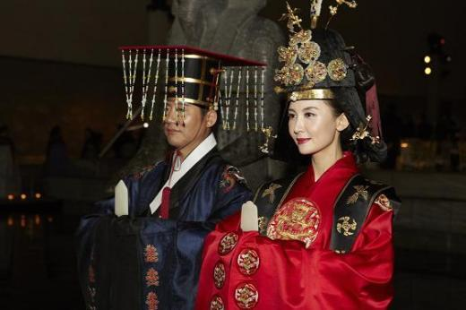 ↑ 한복 패션쇼 후 조선왕의 수라를 선보이는 만찬장으로 이동하는 왕(박상원)과 왕비(채시라).