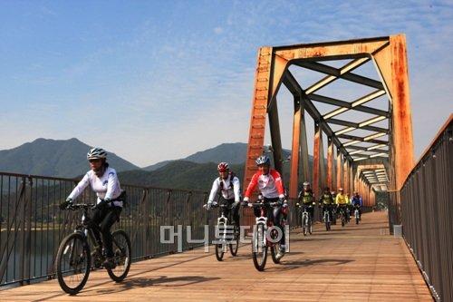 ↑남한강 자전거길 모습. 폐철교를 그대로 활용한 점이 인상적이다. ⓒ행정안전부
